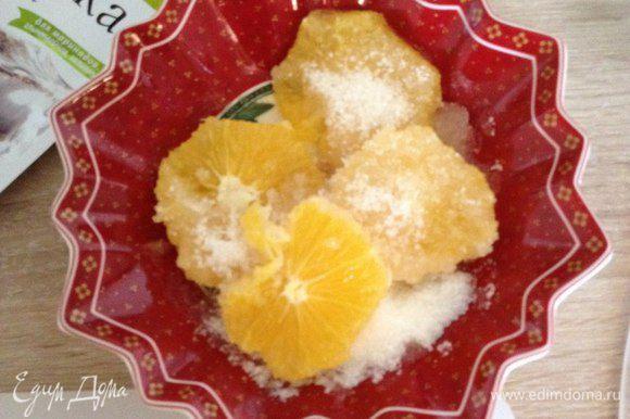 Апельсин очищаем, режем на шайбы и засыпаем сахаром, чтобы дали сок.