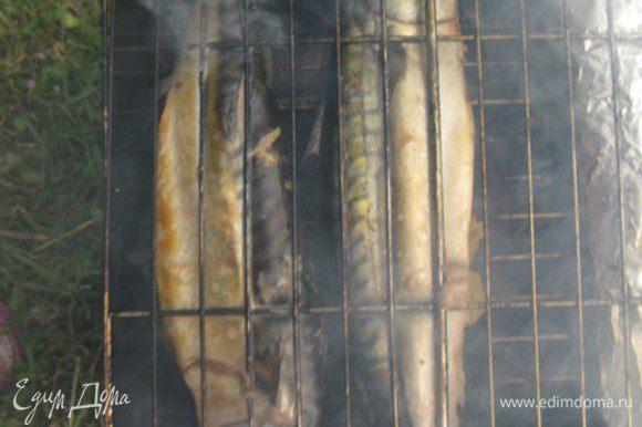 Решетку гриль смазать маслом и томить скумбрию 5-10 минут с каждой стороны. В зависимости от размера рыбы.
