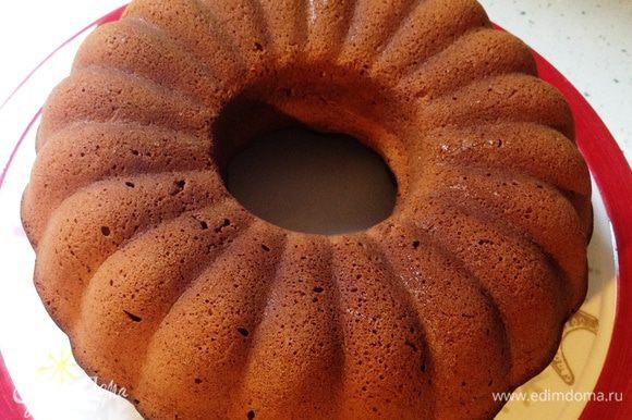 Готовый кекс вынуть из духовки. Через минут 10 извлечь из формы, резко перевернув на плоское широкое блюдо.