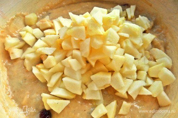 Перемешать яблочко с тестом. Если нет яблока, возьмите другой твёрдый фрукт или просто цедру цитрусовых.