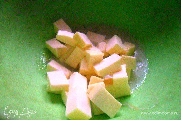 Добавить нарезанное кубиками сливочное масло. Перемешать. Влить кефир. Перемешать.