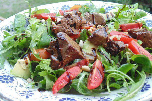 Собрать салат: на тарелки выложить листья салата, помидоры, авокадо, печень, полить заправкой, посыпать кедровыми орешками, украсить бальзамическим кремом. Приятного аппетита! Хорошей летней погоды!