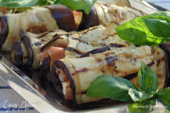 Сбрызнуть оливковым маслом, посыпать слегка орегано. Убрать в холодильник, подавать закуску охлажденной!