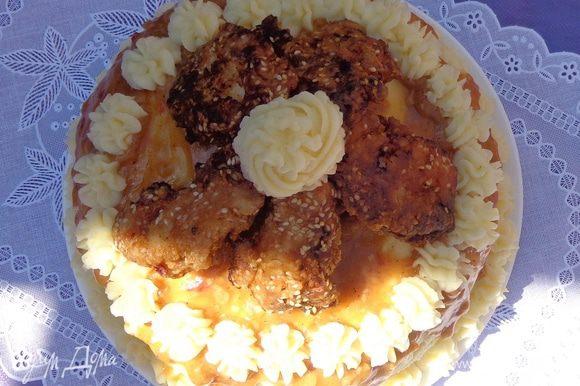 """Начать оформление торта. Остатки маринада протушить до загустения и полученной """"глазурью"""" залить верх. На глазурь установить кусочки курицы. Край оформить из кулинарного шприца остатками пюре."""