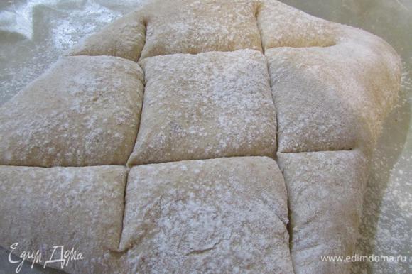Разогреть духовку до 200 градусов. Хлеб надсечь двойным крестом и отправить в духовку. Выпекать 25-30 минут.