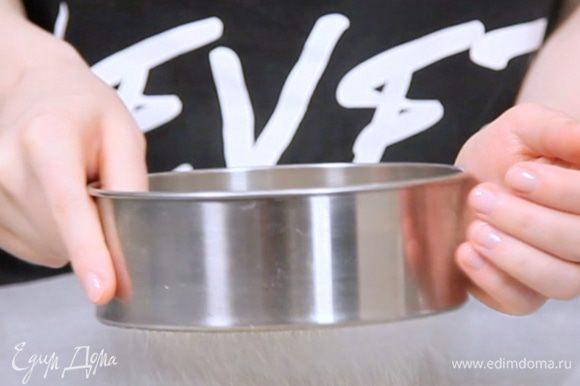 Разогреть духовку до 150С. Просеиваем миндальную муку с сахарной пудрой. Выкладываем на противень и отправляем в духовку на 5 минут. Затем просеиваем еще раз. Просеиваем сразу в ту миску, где будем замешивать основу для макаронс.
