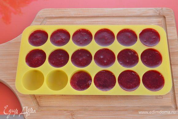 Кули из малины: ягоды пюрировать блендером, перетереть через сито. Желатин залить небольшим количеством холодной воды(если порошковый, то 1:7). Малиновое пюре нагрейте вместе с сахаром. Не кипятить! Снимите с огня и добавьте желатин, перемешайте и разлейте по формам. Поставьте в морозилку. (На фото больше заготовок, т.к. я использовала кули и в другом рецепте. Из 150г малины получится как раз на 8 полноценных порций).