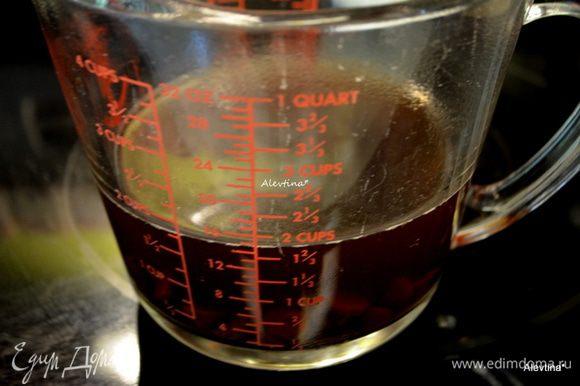 Шоколадные капли залить горячим кофе. Перемешать и оставить до растворения шоколада.