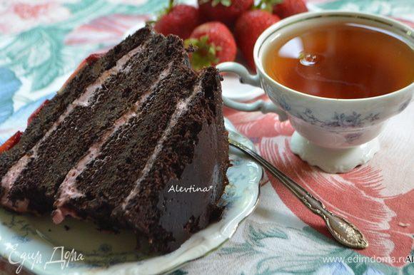 Разрезаем и подаем к столу. Приятного шоколадного дня или вечера.