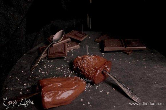 Я таким десертом наслаждаюсь, слегка (не так как на фото)))))))) посыпав его солью!! Приятного!!!!