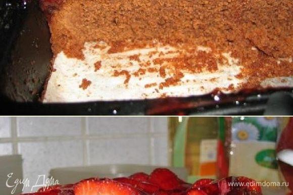 Так наш пирог выглядит вблизи. После того как пирог остынет порежем его на части чтобы получить пирожные и разделить их с нашими любимыми. Теперь и вы узнали подробно изучили как сделать наивкуснейшее пирожное для настоящих любителей десертов - шоколадные пирожные с клубникой в желе. Приятного аппетита! И хороших вам рецептов.