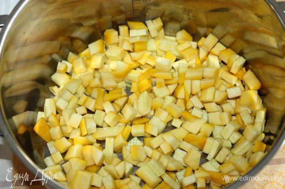 Кабачок моем, чистим, нарезаем на кубики и отправляем в кастрюлю, в которой будем варить варенье.
