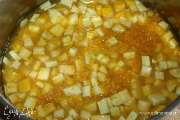 Добавляем к кабачку натертую цедру апельсина и сок.