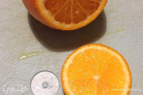 Срезаем с апельсина шляпку, примерно 1/4 от апельсина.
