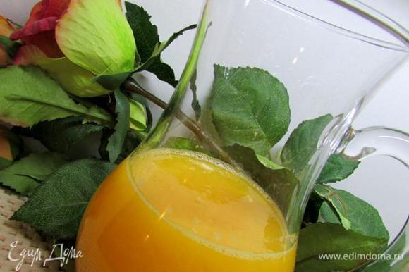 Из апельсинов выжмите сок.