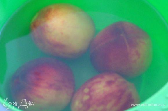 Персики надрезать крестообразно и опустить на 1 минуту в кипяток и сразу же в холодную воду.
