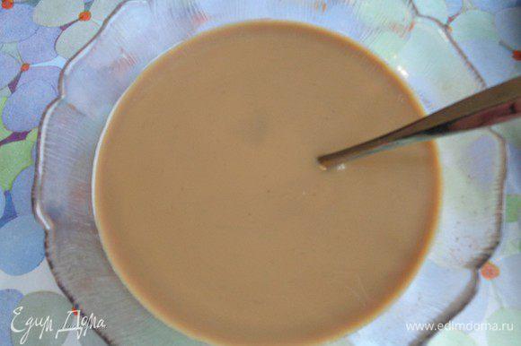 Соединить остывший кофе и шоколадный ликер. Количество алкоголя можно регулировать по вкусу. Чем его больше, тем более алкогольнее получится десерт.