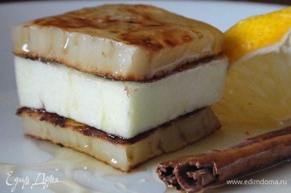 Когда все остыло, начинаем собирать пирожное. Выкладываем на тарелку одну подложку из оладьи, смазываем ее медом, выкладываем сверху цукини, смазываем его медом и накрываем второй подложкой. Обрезаем концы и придаем форму нашему пирожному. Украшаем медом, корицей и лимоном. Приятного аппетита.