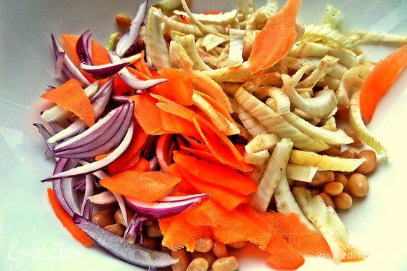 Высыпаем овощи к фасоли.
