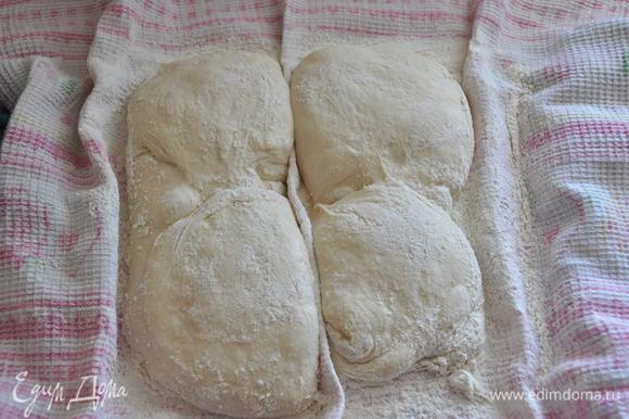 Включить разогреваться духовку до максимальной температуры вместе с противнем, на котором будет выпекаться хлеб. Также поставьте для разогрева огнеупорную миску или форму для выпечки, в нее мы потом нальём горячую воду для образования пара. Тесто после расстойки.