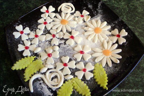 Сверху торт можно просто украсить ягодами, но я готовила торт в подарок, поэтому украсила еще и цветочками из готовой мастики. Мастику раскатать и вырезать цветочки и листики. Пчелки сделать из растопленного черного шоколада при помощи бумажного корнетика, полоски и глаза из белого шоколада, крылышки из пластинок миндаля. Охладить в морозилке.