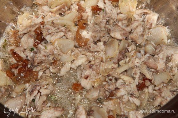 Затем добавляем куриное мясо, поджариваем пару минут.