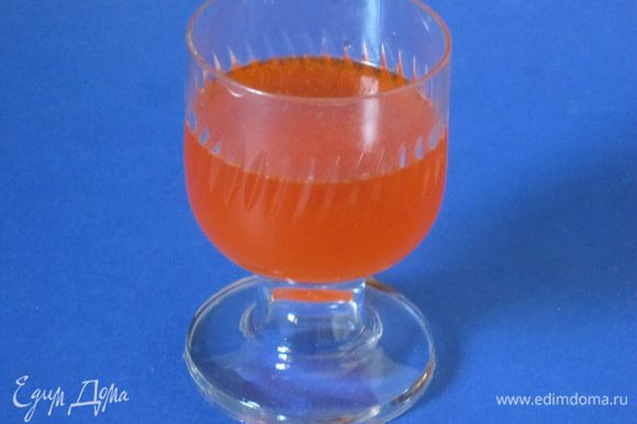 Развести оранжевый краситель водой.