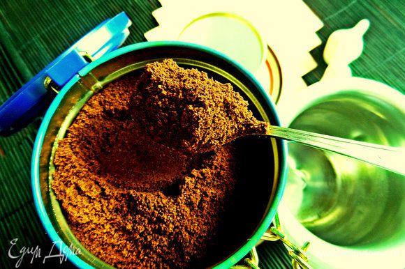 Берём на 2 кофейные чашечки 2 кофейные ложки кофе или кто как любит.