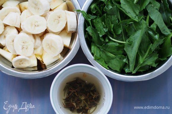 Приготовить необходимые продукты. Хлопья можно взять любые - овсяные, злаковые, смешанные, но только те, которые не требуют варки. Из фруктов можно взять 2 очень спелых банана или 2 яблока, манго и т.д., но фрукты лучше подобрать очень сладкого вкуса, потому что щавель все-таки достаточно кислый.