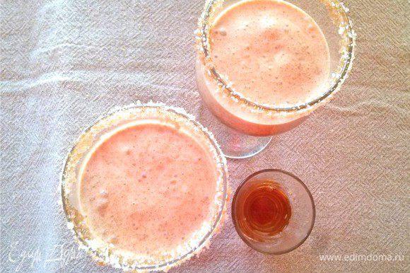 Разливаем по бокалам и помещаем в холодильник охлаждаться. Сливки взбиваем с сахарной пудрой. В бокалы с охлажденным коктейлем добавляем по 1 ст. л. миндального ликера Амаретто.