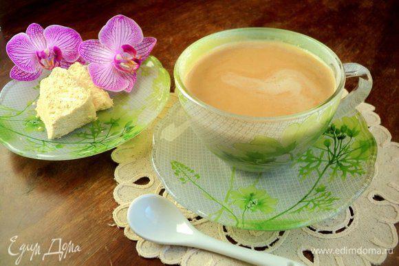 В чашку налить сливки с халвой и добавить горячий кофе. Приятного аппетита!