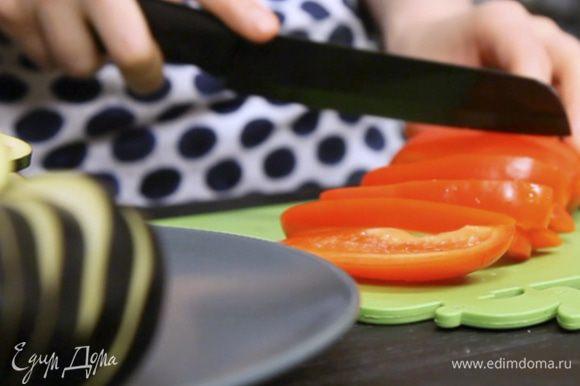 Нарезать овощи и запечь на гриле до готовности.