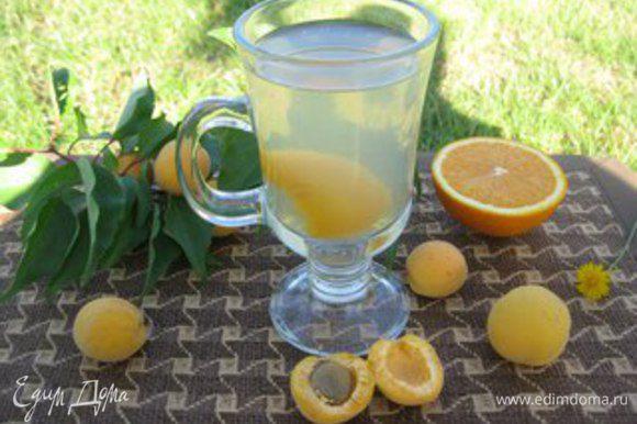 Если же Вы будете пить апельсиново-абрикосовый напиток сейчас, то абрикосы и апельсин бросите в кипящую воду, добавте сахар по вкусу, доведите до кипения, прокипятить 2-3 минуты, выключите и не открывая крышку подождите 20-30 минут. Приятного аппетита!