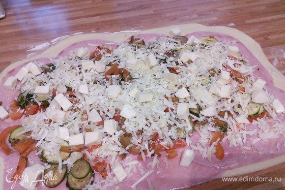 натёртый сыр и порезанную кубиком моцареллу.