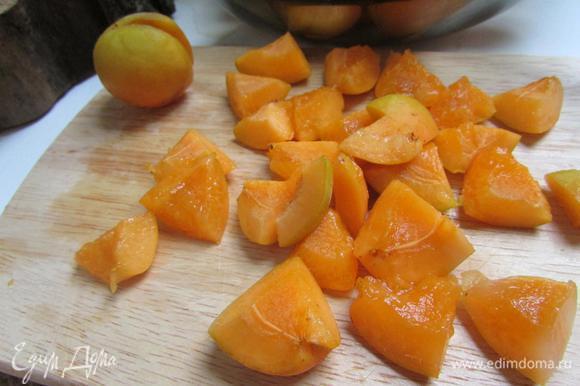 Взвесить 500 г мякоти абрикосов, порезать на кубики по 1 см.