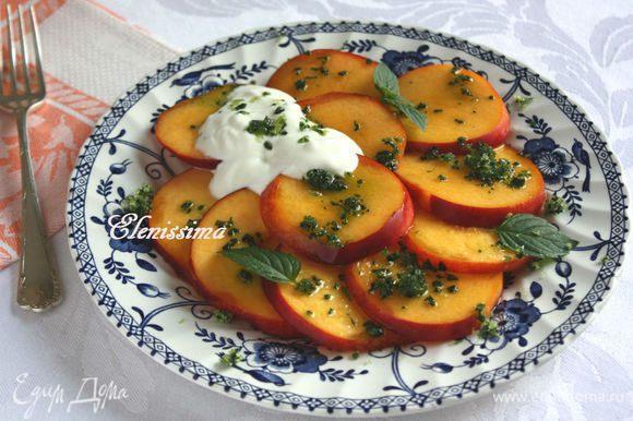 Ломтики нектаринов выложить веером на 4 тарелки. Положить по 1-2 ст. л. йогурта на нектарины, посыпать мятным сахаром и украсить листочками мяты. Наслаждайтесь!