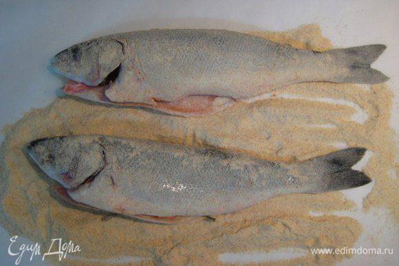 Обвалять рыбу в панировке.
