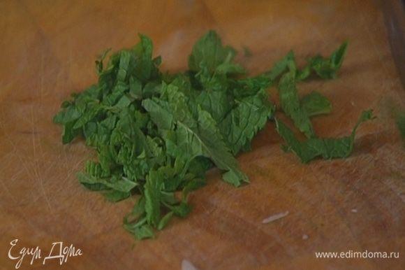 Листья мяты мелко порубить — понадобится 1 ст. ложка.