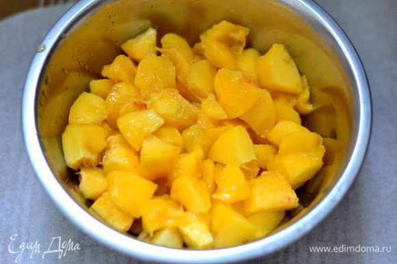 Персики и бананы очистить,и порезать на небольшие кусочки.