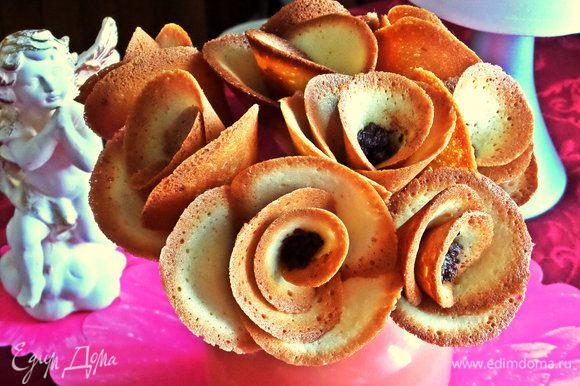 А можно растопить шоколад и капнуть при помощи острого ножа в центр каждой розы по точечке. Оставим застывать.