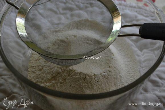 Разогреть духовку до 180 градусов. Просеять муку, соль и соду в небольшую емкость.