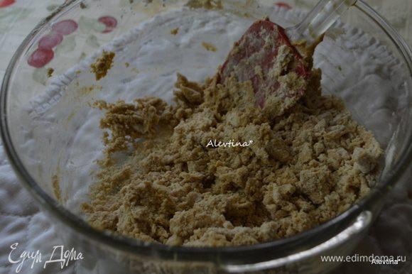 Взбить в другой емкости размягченное сливочное масло с сахаром. Добавить яйцо и ванильный экстракт. Перемешать. Добавить просеянную муку и все перемешать вновь. Разделить тесто на 2 формы.