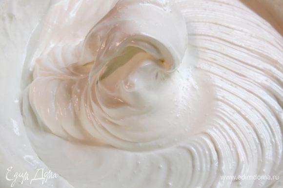 Взбиваем ещё минуту на средней скорости и получаем блестящие белые, зефирообразные волны :)