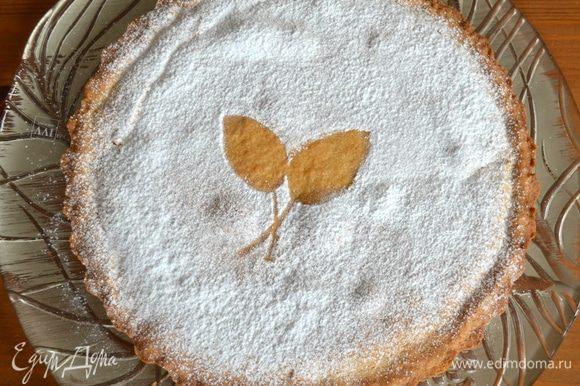 Полностью остывший пирог переложить из формы на сервировочное блюдо и присыпать по желанию сахарной пудрой.