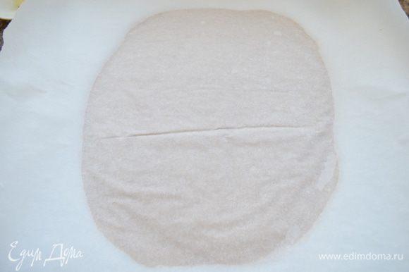 Охлажденное тесто раскатайте в прямоугольник между 2-мя листами пергаментной бумаги толщиной около 0,5см. Снова положите тесто в холодильник минимум на 3 часа.