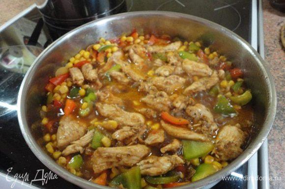 Добавить кукурузу и изюм, влить куриный бульон, томатный и соевый соус и выложить мясо. Потушить на слабом огне примерно 3 минуты.