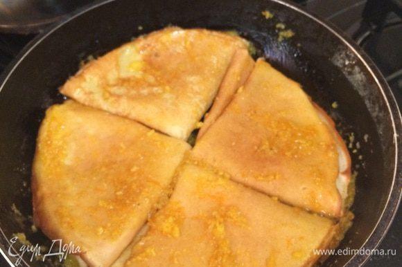 В получившийся сироп перекладываем блинчики, обжаривает 2-3 минуты! Подаем на стол украсив долькой апельсина и стручком ванили! Приятного аппетита!