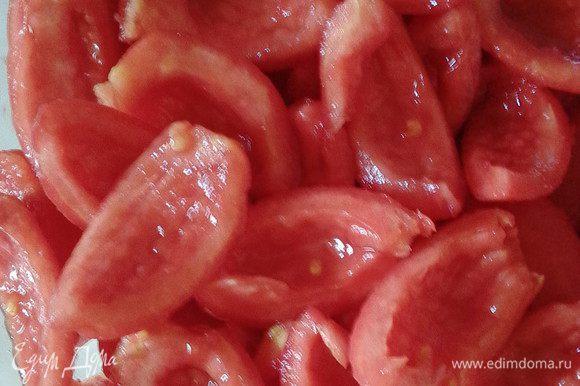 """Очищенные плоды порезать на 4 части, очистить от семян и сока, образуя """"лепестки""""."""