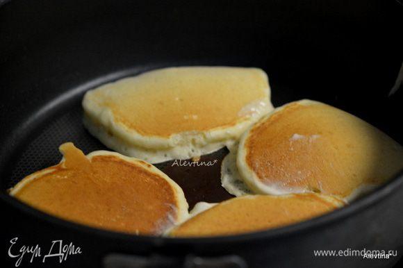 Сковороду можно слегка сбрызнуть маслом. Выпекать на разогретой сковороде небольшими порциями.