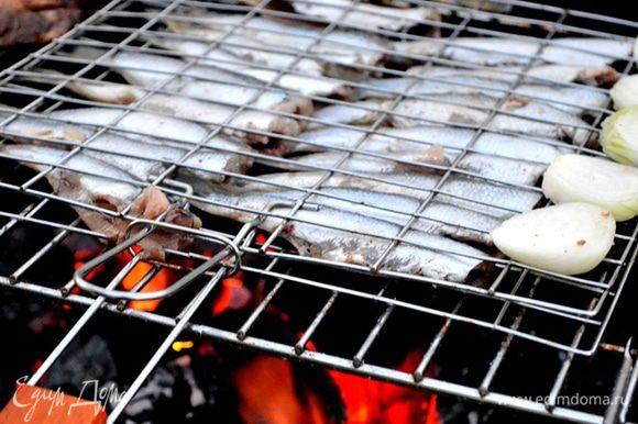 Переворачивайте ее почаще и смазывайте растительным маслом, удобнее всего это делать кулинарной кистью.